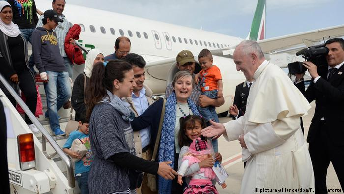 Pope Francis (R) welcomes a group of Syrian refugees that flew with him after landing at Ciampino airport in Rome, Italy Copyright: picture-alliance/dpa/F. Monteforte