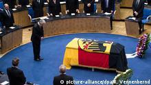 17.04.2016 *** Bundespräsident Joachim Gauck verneigt sich am 17.04.2016 beim Staatsakt für den verstorbenen früheren Außenminister Hans-Dietrich Genscher (FDP) im ehemaligen Plenarsaal des Bundestags in Bonn (Nordrhein-Westfalen) vor dem Sarg. Foto: Rolf Vennenbernd/dpa © picture-alliance/dpa/R. Vennenbernd