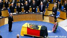 17.04.2016 *** German President Joachim Gauck pays last respects during a memorial service for former West German foreign minister Hans-Dietrich Genscher in the former lower house of parliament Bundestag in Bonn, western Germany, April 17, 2016. Germany's longest-serving foreign minister Genscher, a one-time refugee from the communist East who helped unite his divided homeland, has died on April 1 at the age of 89. REUTERS/Wolfgang Rattay © Reuters/W. Rattay