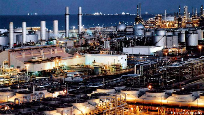 Saudi oil refinery (picture-alliance/dpa)