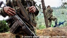 11.07.2012 ARCHIV - Mitglieder der kolumbianischen Rebellenorganisation Farc (Revolutionary Armed Forces of Colombia) patrouillieren am 11.07.2012 an einer Straße in der Nähe von Toribio (Kolumbien). Foto: Christian Escobar Mora/dpa (zu dpa Kolumbiens Präsident Santos: «Der Frieden ist nah vom 19.07.2015) +++(c) dpa - Bildfunk+++Copyright: picture-alliance/dpa/EFE/C. Escobar Mora