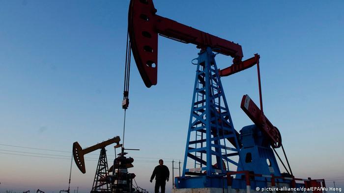 Нефтяная вышка и рабочий