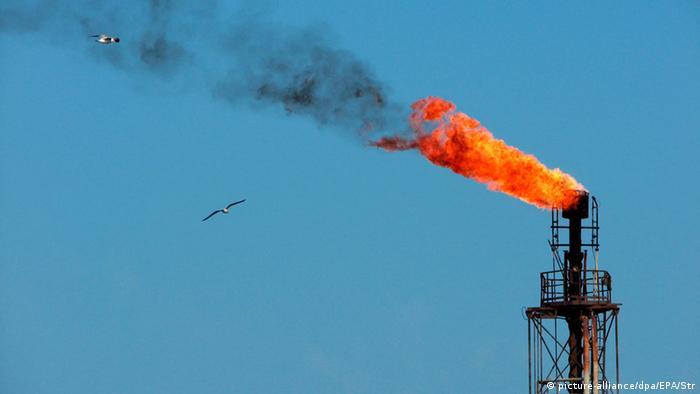 Столб огня и дым над нефтедобывающей платформой