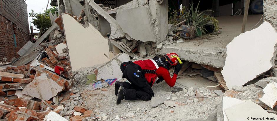 Bombeiros buscam vítimas no bairro de Tarqui, em Manta, no litoral do Equador