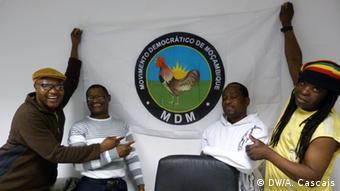 Berlin - Mosambikaner mit MDM Flagge