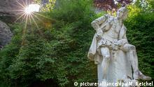 Das Denkmal von William Shakespeare, aufgenommen am 24.04.2014 im Park an der Ilm in Weimar (Thüringen). 1864 gründeten in Weimar Shakespeare-Verehrer die Deutsche Shakespeare-Gesellschaft mit derzeit rund 2000 Mitgliedern. Foto Michael Reichel/dpa (zu dpa Shakespeare-Freunde feiern 450. Dichter-Geburtstag am 24.04.2014) +++(c) dpa - Bildfunk+++
