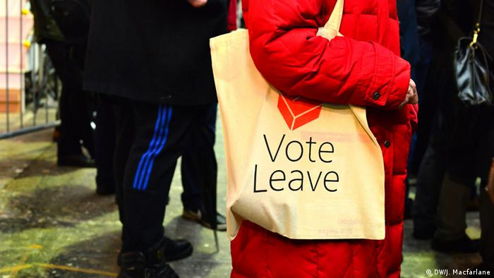 Woman carrying a 'vote leave' tote bag