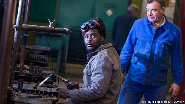 Ein Flüchtling aus dem afrikanischen Gambia macht in Deutschland eine Ausbildung (Foto: dpa - Bildfunk)