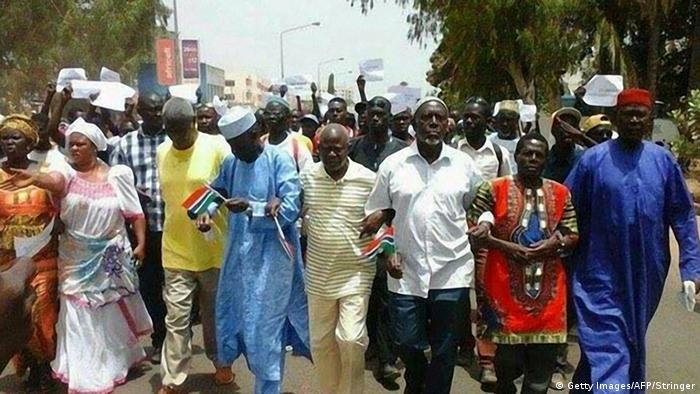 Menschen in Gambia gehen auf die Straße, nachdem ein Oppositionspolitiker in Untersuchungshaft gestorben sein soll (Foto: STRINGER/AFP/Getty Images)