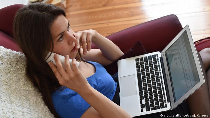 Symbolbild junge Frau mit Laptop (picture-alliance/dpa/J. Kalaene)