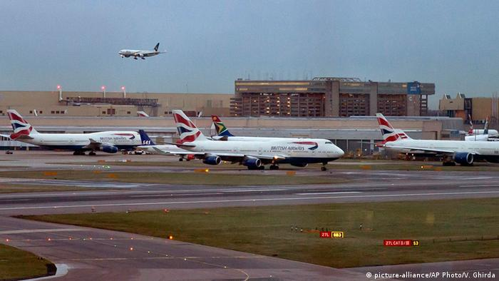 London Flughafen Heathrow Flugzeug Landung (picture-alliance/AP Photo/V. Ghirda)