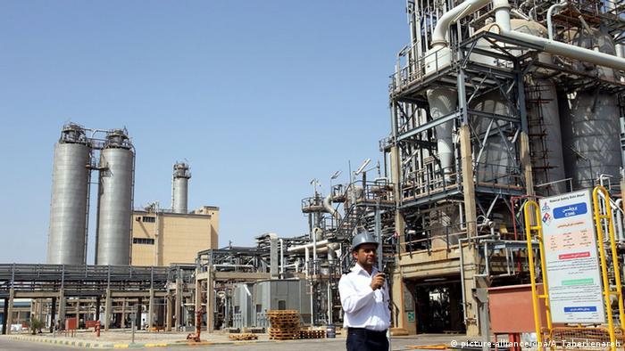 Iran Khuzestan Wachmann vor dem petrochemischen Komplex Mahshahr (picture-alliance/dpa/A. Taherkenareh)