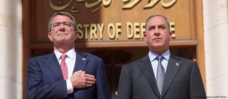 Secretário de Defesa dos EUA, Ashton Carter, e o ministro da Defesa iraquiano, Khaled al-Obeidi, em Bagdá