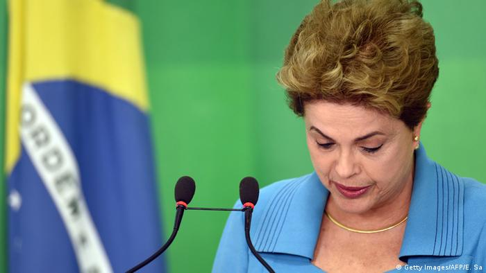Brasiliens Präsidentin Dilma Rousseff neben Landesflagge (Foto: Getty Images/AFP/E. Sa)