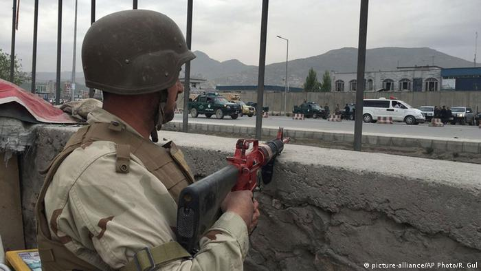 An Afghan soldier responds to a Taliban-claimed suicide attack in Kabul, Afghanistan, Tuesday, April 19, 2016 (Photo:+++ (C) picture-alliance/AP Photo/R. Gul)