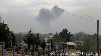 Smoke rises after a suicide attack in Kabul, Afghanistan, Tuesday, April 19, 2016 (Photo: +++ (C) picture-alliance/AP Photo/R. Gul)