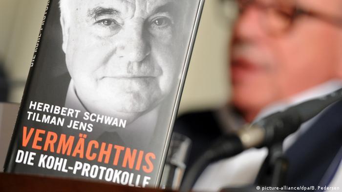 Deutschland Autor Heribert Schwan mit Buch Vermächtnis Die Kohl-Protokolle (picture-alliance/dpa/B. Pedersen)