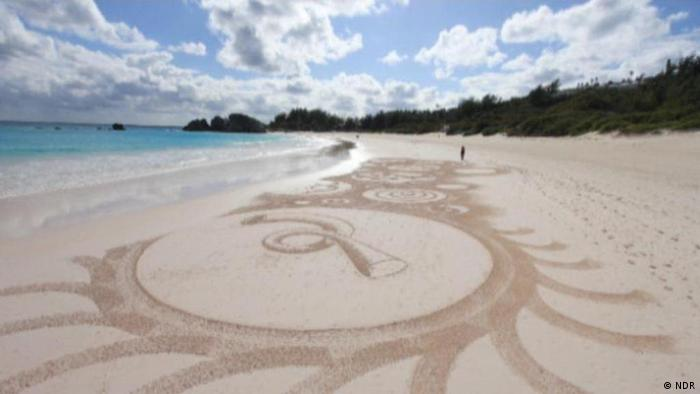 Sandman is creating art in the sand at a beach (Photo: NDR)
