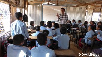 Unterricht im Wellblechschuppen in Thulosirubari Nepal