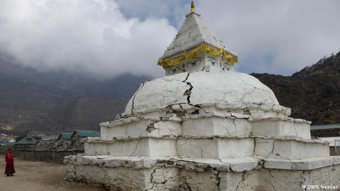 Beschädigter Stupa in Khumjung Nepal