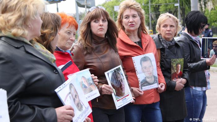 Акция протеста родственников украинских военнопленных перед посольством РФ в Киеве