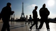 Frankreich Sicherheitskräfte vor dem Eiffelturm in Paris