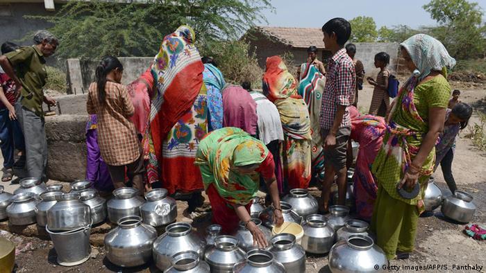 Indien Dürre Dorfbewohner an einem Brunnen in Gujarat