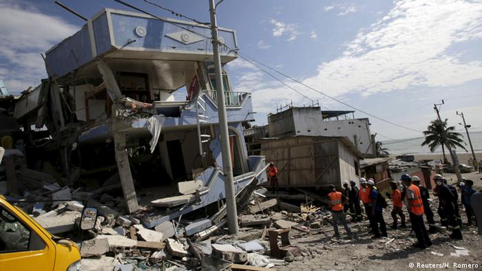 Rescue team members and policemen search for victims at a collapsed hotel (L) after an earthquake struck off the Pacific coast in Pedernales, Ecuador, April 19