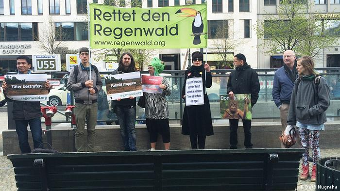 Joko Widodo Indonesien in Berlin Deutschland Demonstranten Regenwald