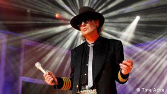 Udo Lindenberg auf der Bühne im Scheinwerferlicht, Foto: Tine Acke