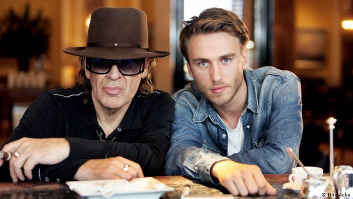 Udo Lindenberg and Clueso at a table (Tine Acke)