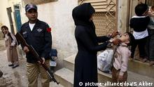 15.02.2016 *** epa05161918 Member of the Pakistani security service escorts health workers as they administer polio vaccines to children, in Karachi, Pakistan, 15 February 2016. Pakistan is one of the last two countries - along with Afghanistan - where the polio is still endemic, meaning infections occur within the local population or within a particular area. Though new polio cases dropped to a nine-year low in 2015, attacks by Islamist militants against health workers and police guarding them remained a challenge for a UN-funded vaccination campaign. Only 51 children were found infected with the crippling virus in 2015 compared to 306 a year earlier in what officials said a major achievement due to the success of a military offensive. EPA/SHAHZAIB AKBER (c) picture-alliance/dpa/S. Akber