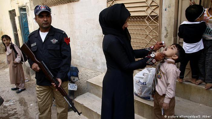 Pakistan Karachi Polio Impfung für Kinder (picture-alliance/dpa/S. Akber)
