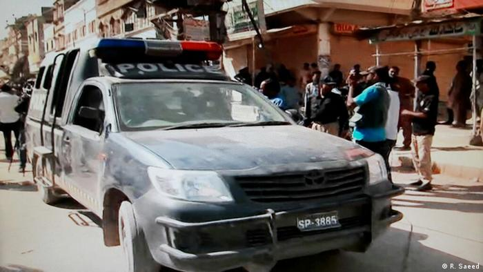 Pakistan Karachi Polizisten bewachen Mediziner bei Polio Impfungen