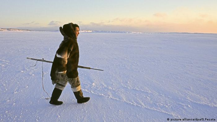 An Inuit on the hunt for seals in Nunavut, Canada (Photo: picture-alliance/dpa/S. Pecota)