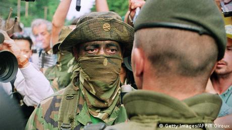 Ein Mohawk Soldat schaut einen kanadischen Soldaten an (Getty Images/AFP/R.Giroux)