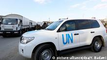 Syrien Damaskus Convoy des Roten Kreuzes passiert UN Fahrzeug
