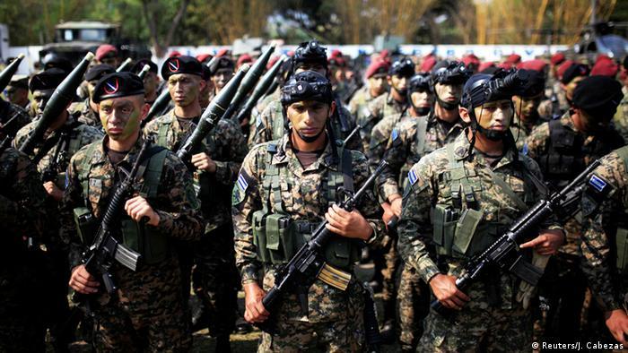 Foto simbólica de soldados salvadoreños