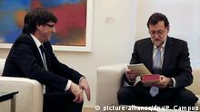 20.04.2016****epa05269010 Spanish acting Prime Minister, Mariano Rajoy (R), gifts a copy of Cervantes' 'Don Quixote' to Catalonian regional government president, Carles Puigdemont, during their meeting at La Moncloa palace in Madrid, Spain, 20 April 2016. EPA/Paco Campos +++(c) dpa - Bildfunk+++ Copyright: picture-alliance/dpa/P. Campos