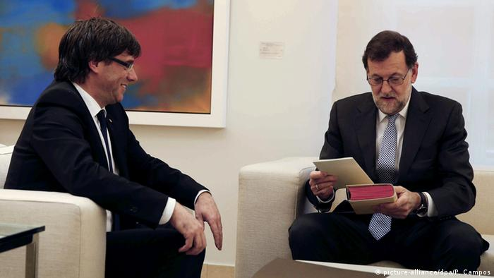 Mariano Rajoy und Carles Puigdemont sitting next to each other