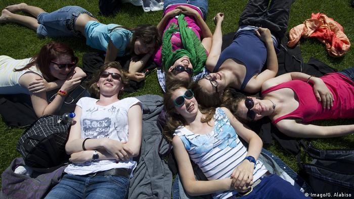 Jugendliche liegen im Gras (Imago/G. Alabiso)