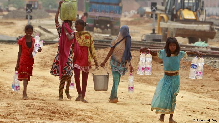 Indien Dürre Hitzewelle Mädchen holen Wasser in Agartala