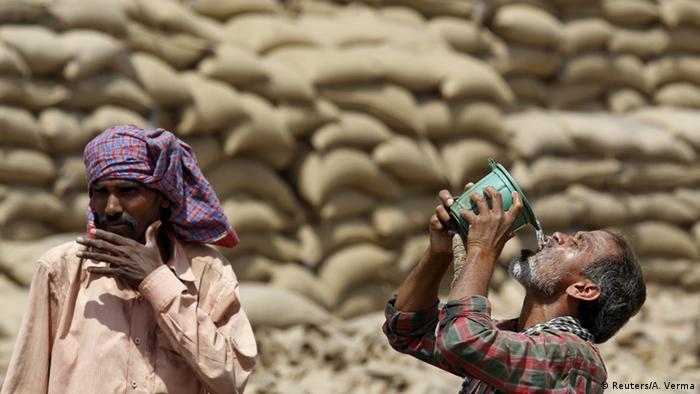Indien Dürre Hitzewelle Arbeiter trinken Wasser in Chandigarh