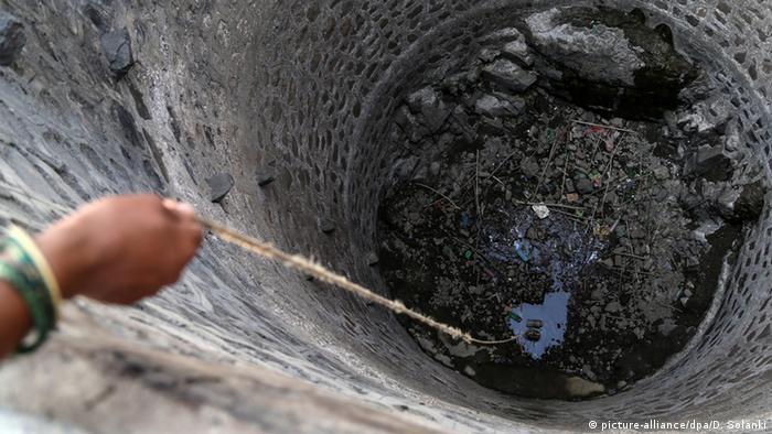 Indien Dürre Hitzewelle fast ausgetrockneter Brunnen