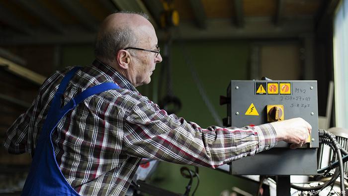 Deutschland Sigmaringen Fabrik älterer Arbeiter