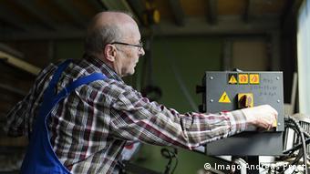 Ein älterer Arbeiter in einer Fabrik in Sigmaringen. Foto: (c) Imago/Andreas Prost