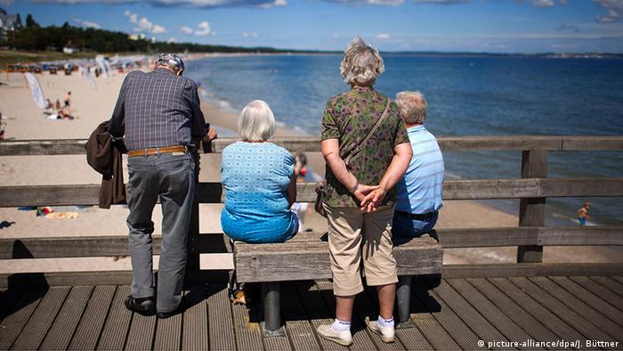 Eine Gruppe von Rentnern steht auf der Seebrücke in Binz an der Ostsee Foto: (c) picture-alliance/dpa/J. Büttner