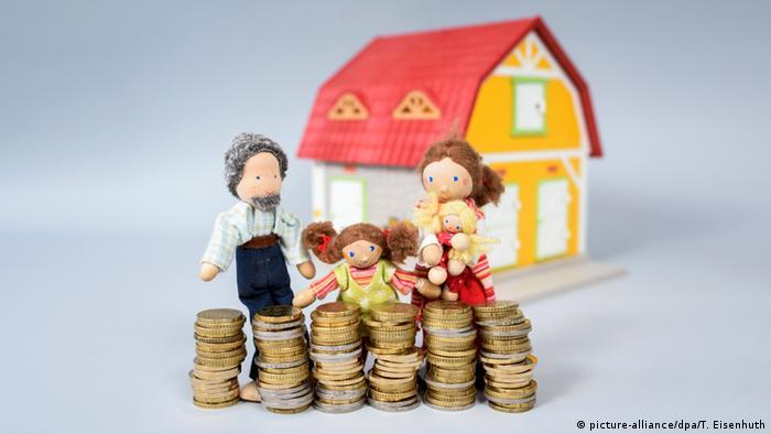 Symbolbild Familie und Eigenheim (picture-alliance/dpa/T. Eisenhuth)