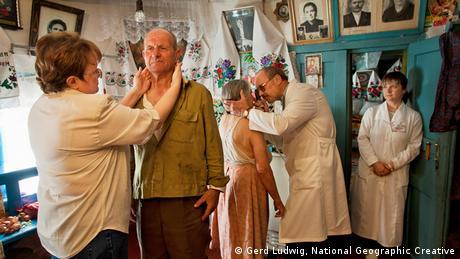 Ärzte untersuchen diese Bewohner auf Strahlenschäden. Foto: Gerd Ludwig, National Geographic Creative