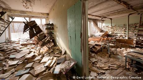 Diese Bibliothek liefert ein Bild der Verwüstung. Bücher und Zeitschriften lagern unter eingestürzten Regalen. Foto: Gerd Ludwig/National Geographic Creative